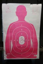 Sarah zielt mit dem Revolver sehr exakt