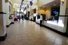 Andere Seite von der Lobby - nur echt mit paar Geschäften und Ausflugsverkäufern