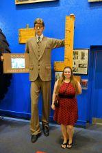 Sarah beim größten Mann der Welt. Und hinter ihr ist der komische Riese
