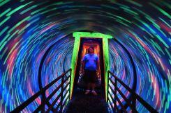 Am Ende von Ripleys ging es durch einen rotierenden Tunnel mit Schwarzlicht, Techno Musik und einem Spiegel nach hinten. Wenn man da durchgelaufen ist, is tman fast umgekippt, obwohl sich hier nichts selber bewegte. Dieser rotierende Tunnel konnte einen fertig machen