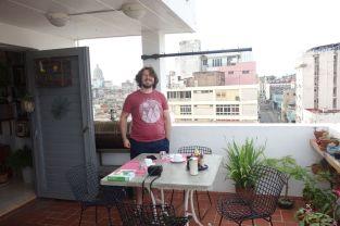 Tomus zufrieden auf dem Frühstücksbalkon