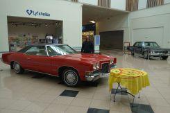 Aus irgendeinem Grund hat das Kaufhaus alte amerikanische Autos ausgestellt. Wir erfreuen uns immer an einem Pontiac