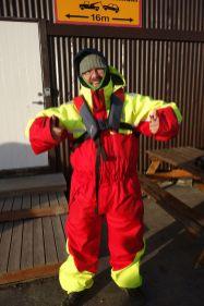 Zuerst bereiten wir uns aber in sexy Anzügen auf die Fahrt im Schnellboot vor. Wir tragen darunter vier Schichten Kleidung, haben Gesichtswärmung auf (ich hatte da noch was vom Gokart Fahren), Handschuhe dabei und bekommen noch diese Anzüge, mit welchen man wohl eigentlich Schneewanderungen machen kann.