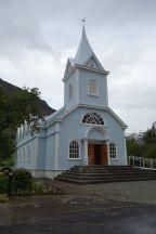 Die alte Kirche wurde aus Dänemark in einem Bausatz hergebracht. Die Kirchen hier sehen entweder so aus oder ultramodern.