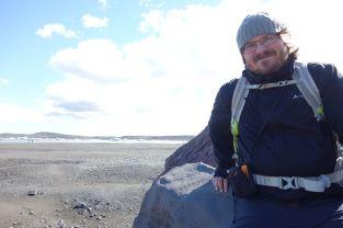 Tomus setzt sich auf einem viel zu spitzen Stein
