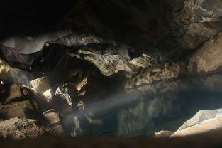 Diese Höhle wurde vor vielen Jahren von den Isländern als Bad genutzt. Das Wasser im inneren ist aber im Laufe der Jahre immer heißer geworden, weshalb das Baden hier anscheinend nicht möglich sei