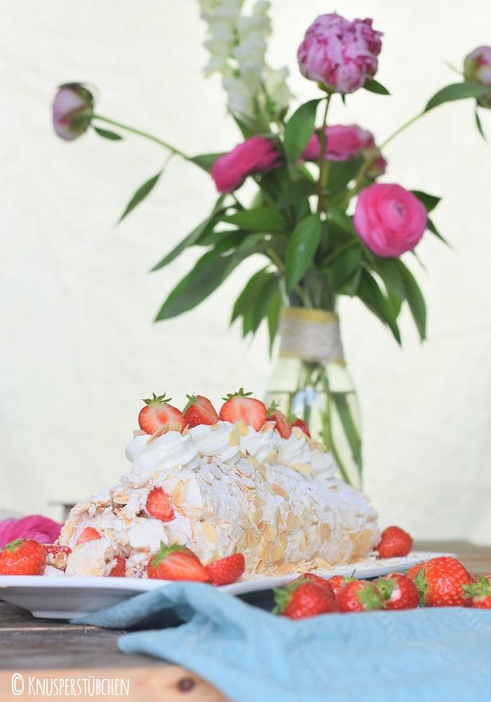 Baiser Meringue Roulade Mandeln Erdbeeren 6