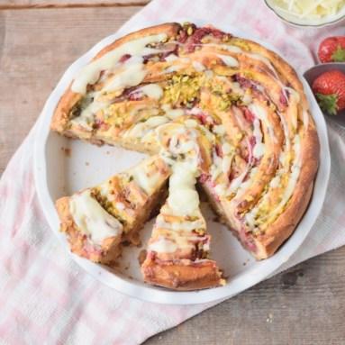 Pinwheel mit Erdbeeren, Pudding und Pistazienkrokant