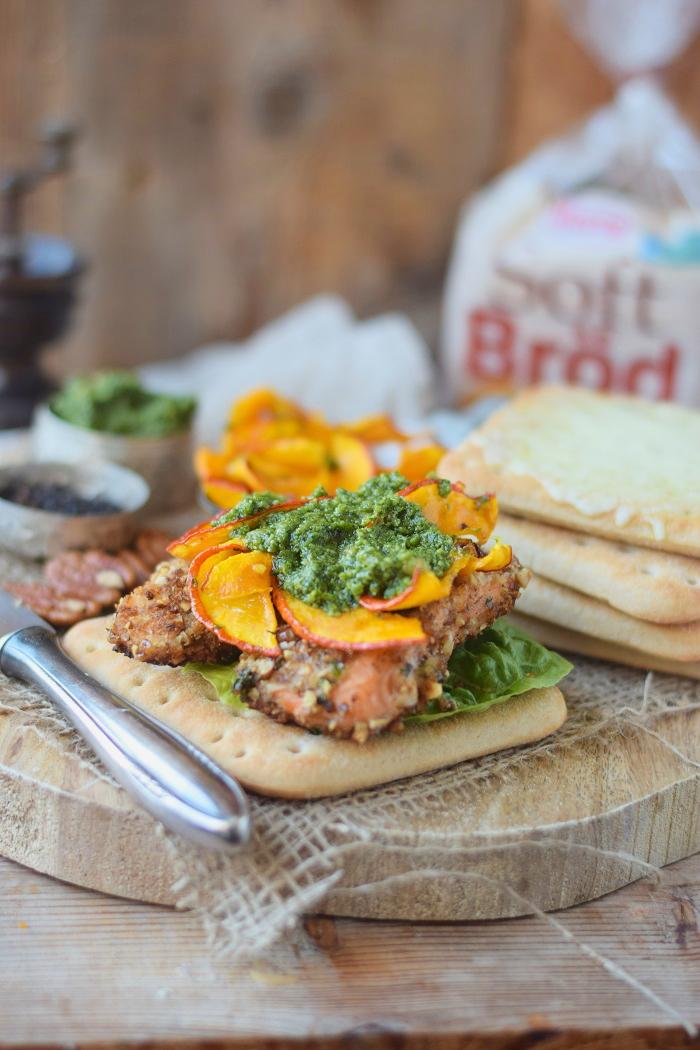 Knusper Lachs Sandwiches mit Pekannüssen, Pesto und Ofenkürbis (18)