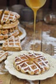 Erdnussbutter Joghurt Waffeln mit Karamellsauce und Schokolade - Peanut Butter Yogurt Waffles with caramel sauce and chocolate (16)