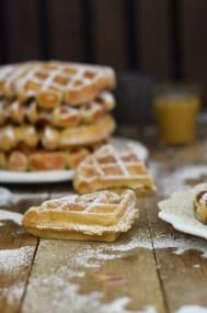 Erdnussbutter Joghurt Waffeln mit Karamellsauce und Schokolade - Peanut Butter Yogurt Waffles with caramel sauce and chocolate (3)