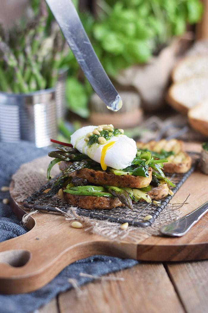 Glutenfreies Sandwich mit Spargel-Mangold-Salat & pochiertem Ei (11)
