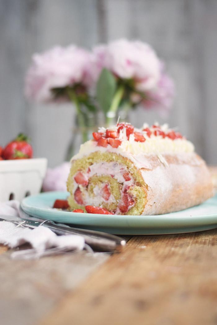Erdbeer Quark Biskuitrolle - Straberry Cake Roll Rezept (11)