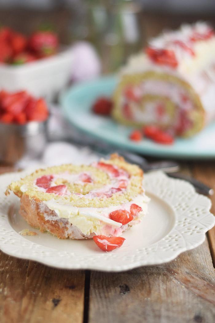 Erdbeer Quark Biskuitrolle - Straberry Cake Roll Rezept (5)