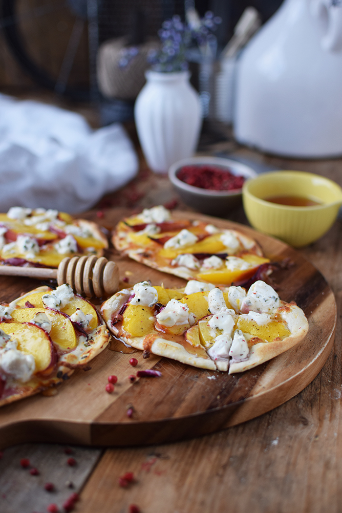 Flammkuchen mit Nektarinen Honig und Ziegenfrischkaese - Last Minute Tart Flambe with Nectarines Goats Cheese and honey (3)