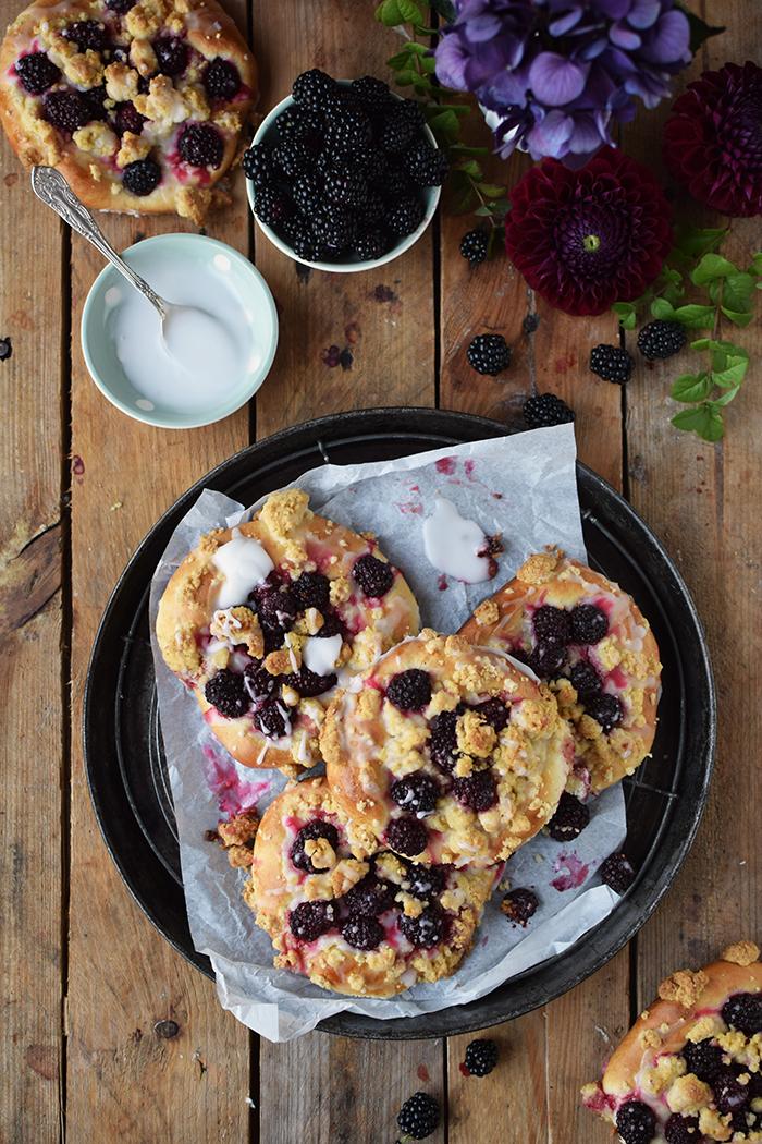 Streuselschnecken mit Brombeeren - Blackberry Crumble Buns (8)