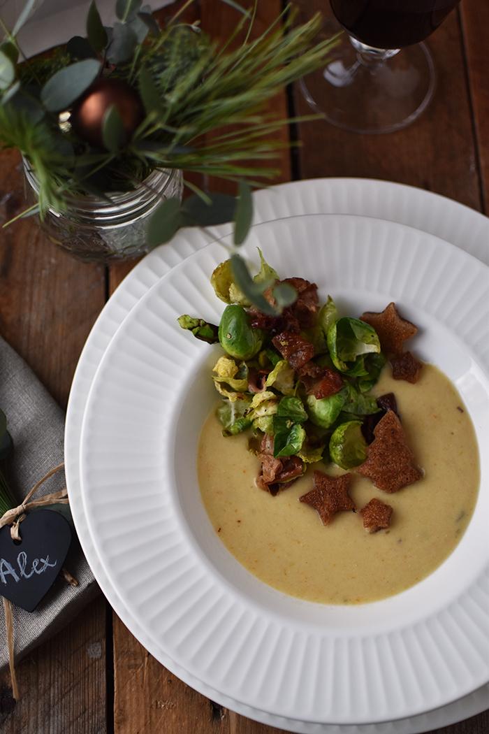 pastinaken-creme-suppe-mit-gebratenem-rosenkohl-und-croutons-13