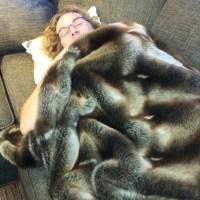 Knut Einar prøver sofa.