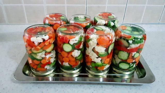Шарена туршия (салата) без консерванти. От 2.3 кг зеленчуци получавате 7 буркана, пълни с витамини