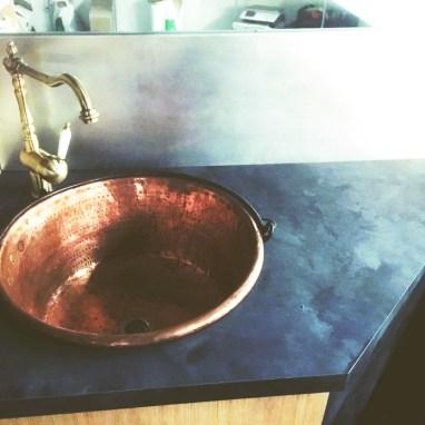 Le petit plus du chantier : nous avons pris l'initiative de poser une vasque et tuyauterie cuivre style ancien pour rester dans l'esprit du client.