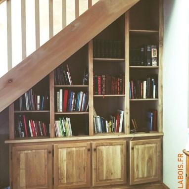 Aménagement sous escalier, étagères modulables et placards en chêne massif.