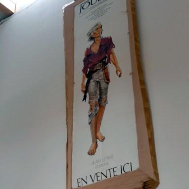 Encadrement d'une affiche de collection en bois brut.