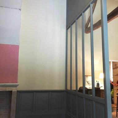 """Verrière de 3 x 6 mètres. Bois peint et vitre. Un style """"indus"""" dans une demeure bordelaise."""