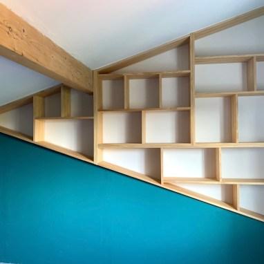 Bibliothèque dans une niche triangulaire
