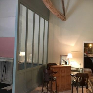 """Verrière de 3 x 6 mètres. Bois peint et vitre. Un style """"indus"""" dans une demeure bordelaise"""