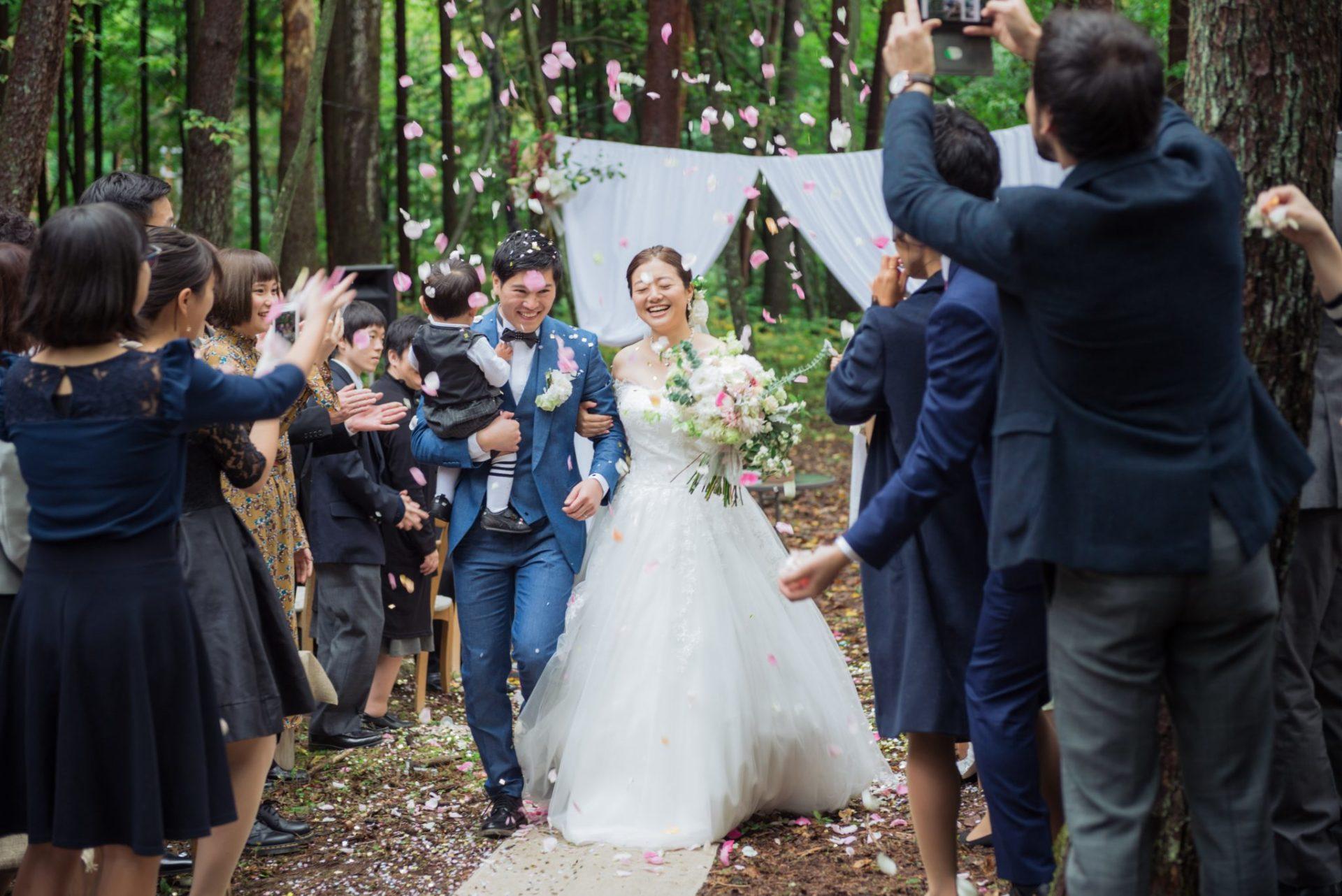 べるが(verga)での結婚式-フラワーシャワーで笑顔