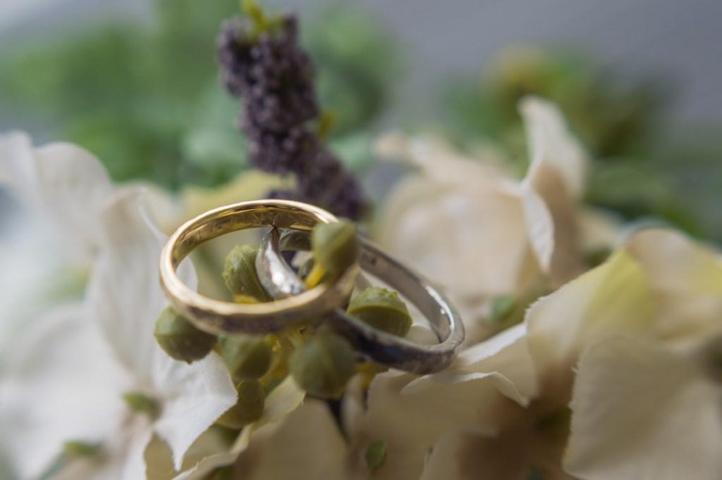 結婚指輪。ゴールドとシルバーの組み合わせがいいですね!