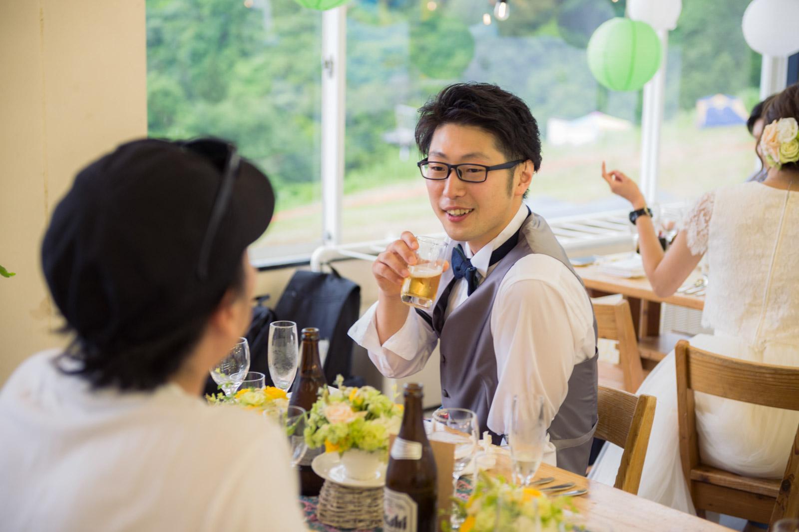 ゲストも新郎新婦も席を移動しながら気ままに過ごします