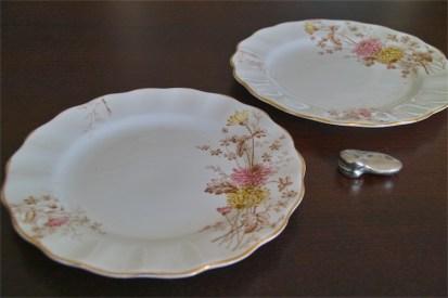 径17.5センチ アンティークのケーキ皿 野の花のデザイン2枚組