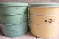 英国 Garrison 社 3段のケーキ缶 クリーム色 + サックスカラーの蓋 TIN(ブリキ)製 2つ