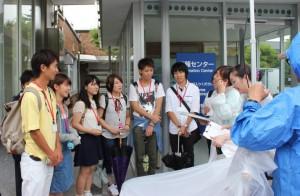 避難所の京大キャンパスに到着し、参加した感想を求められている様子
