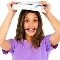 Studentka w wielkim miejście - jak oszczędzać i zarabiać na studiach?