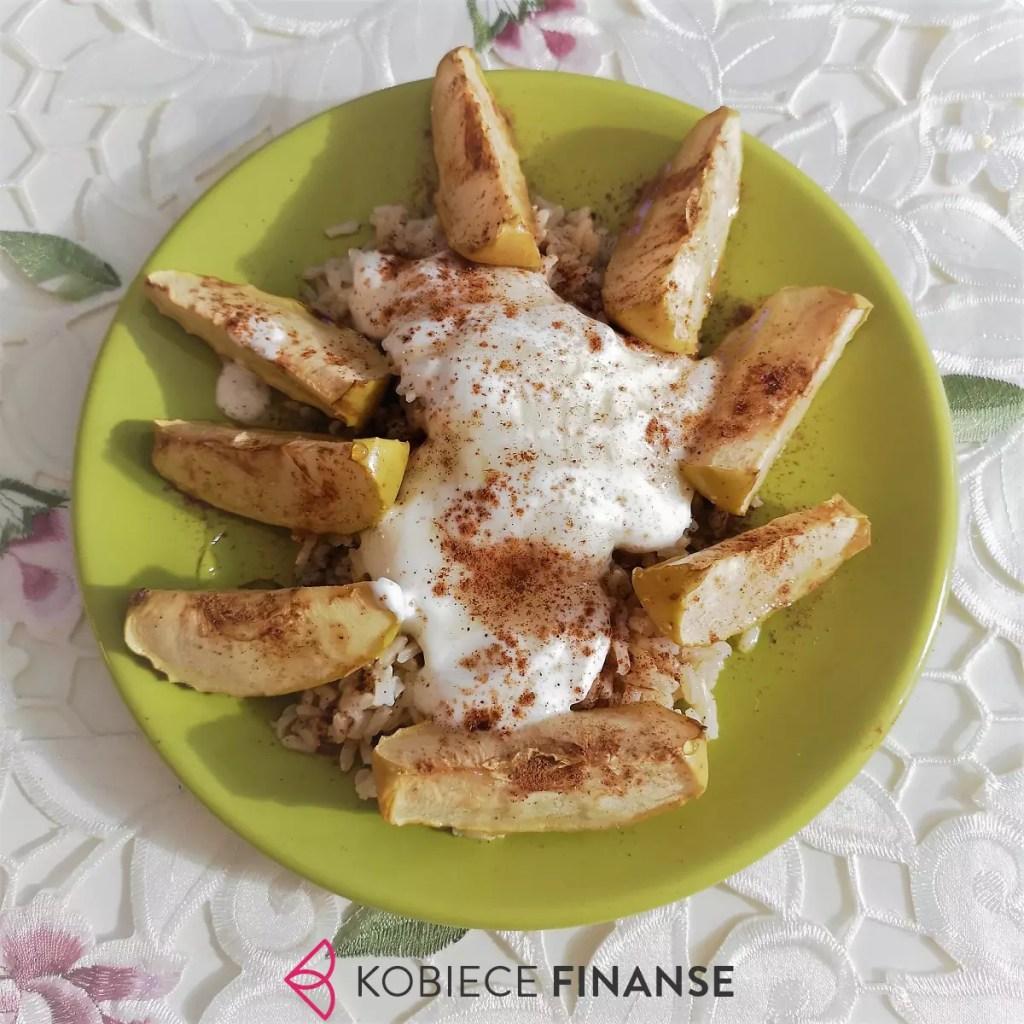 Pieczone jabłka z ryżem i śmietaną - pomysły na tanie obiady