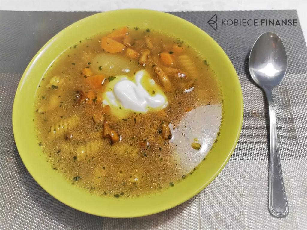 Sycąca zupa kurkowa ze śmietanowym kleksem - co podać na obiad, szybko i tanio