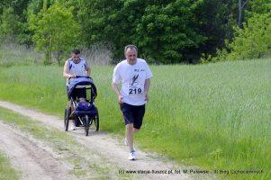 Biegacz z wózkem