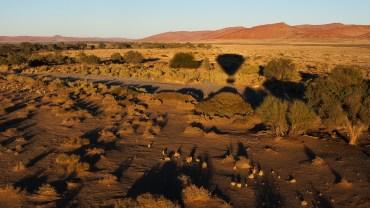 Ballonfahrt bei Sonnenaufgang über der Namibwüste