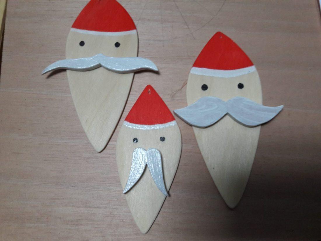 décoration de Noël-père-noël avec différentes moustaches-couleurs bois,rouge et blanc