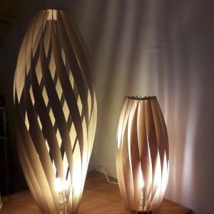 lampe TORSS en lames de bois, ajours effets croisés clair obscur