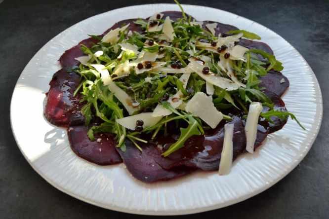rote Bete Carpaccio mit Parmesan, Rucola und Walnüssen