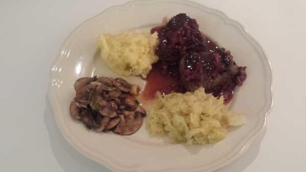 Hirsch Steak mit Spitzkohl und Kartoffel - Sellerie - Püree und Preiselbeersosse