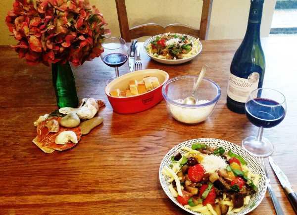 Maccheroni al ferretto mit Aubergine , Tomate