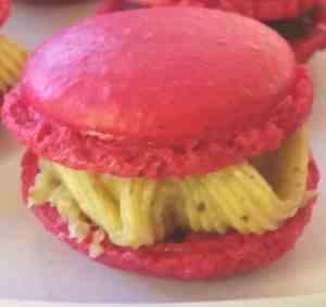 pink Macaron mit Pistazien Ganache