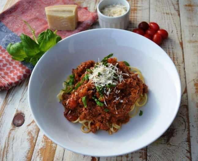 Bolognese ragù mit Spagetti und Parmesan