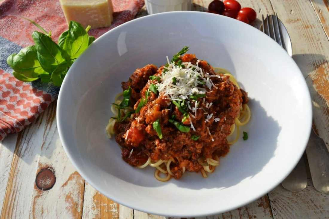 Bolognese ragù mit Spaghetti und Parmesan
