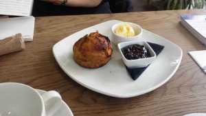 Scones mit Blaubeeren Konfitüre und clotted cream
