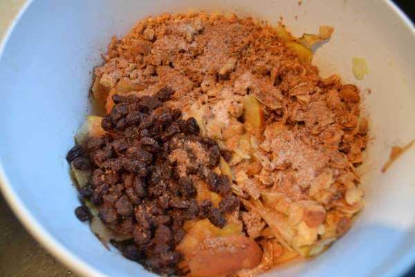 Apfelscheiben , Cantuccini Brösel und karamellisierte Mandeln und Calvados Rosinen